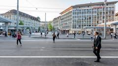 Blick von der Ankunftshalle des Hauptbahnhofs über die sogenannte «Fussgängerfurt» zum Kornhausplatz. (Bild: Beat Belser - 22. August 2018)