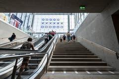 Die Rolltreppe aus der Rathausunterführung in die neue Ankunftshalle des Bahnhofs St.Gallen. Erkennbar ist die als «Kunst am Bau»-Projekt entstandene binäre Uhr und - links im Bild - die verlegte Businformationstafel, die in den vergangenen Wochen ziemlichen Wirbel ausgelöst hatte. (Bild: Hanspeter Schiess - 29. August 2018)