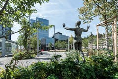 Blick vom Bahnhofspärkli zum Rathaus. Aus dem ehemaligen Pärklein wurde die Skulptur im Bild sowie der alte Brunnen in die neugestaltete Freifläche hinüber gerettet. (Bild: Hanspeter Schiess - 29. August 2018)