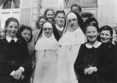 Zwei Dominikanerinnen im Kreis von Volontärinnen. Diese unterstützten die Schwestern im Haushalt und durften im Gegenzug Deutsch oder Französisch lernen.