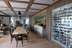 Im Weinschrank finden sich auch Walchwiler Tropfen aus eigener Herstellung. (Bild: Maria Schmid ( Walchwil, 28. August 2018 ))