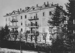 Das Bellevue-Gebäude (Institut St. Agnes) in einer Aufnahme um 1900 mit Schülerinnen, die während einer Schulpause auf den Balkonen verweilen. Bilder aus dem Archiv der Schwesterngemeinschaft St. Agnes
