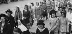 Mère Marie des Neiges 1946 bei einer Prozession mit Schülerinnen