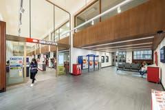 Das SBB-Reisezentrum ist seit bald anderthalb Jahren im Nebenflügel des Hauptbahnhofs untergebracht. Ein Kritikpunkt ist die geringe Zahl an Sitzplätzen im Wartebereich rechts im Bild. Dafür wird oft die Ausstattung mit drei Ticketautomaten und zwei Bancomaten gelobt. (Bild: Hanspeter Schiess - 29. August 2018)