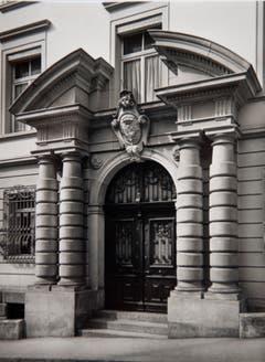 Die imposante Eingangspforte zum Bellevue-Gebäude.