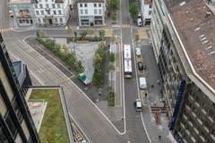 Blick vom Rathaus in Richtung Stadtzentrum aufs Bahnhofspärklein und einen der beiden neuen Taxi-Standplätze. (Bild: Hanspeter Schiess - 29. August 2018)