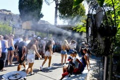 Ventilatoren sollen in Italien Passanten erfrischen. (Bild: Keystone)