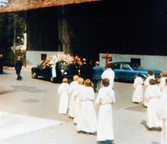 Die Spitze des Trauerzuges am 5. August 1978 für den verstorbenen Pfarrer Paul Oswald.