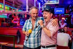 Roger Conti (links) vom Karaoke Verein Rothenburg mit einem Sänger der eher forscheren Art. (Bild: Philipp Schmidli (Rothenburg, 28. Juli 2018))