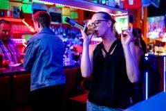 Eine Karaoke-Sängerin der gefühlvolleren Töne. (Bild: Philipp Schmidli (Rothenburg, 28. Juli 2018))