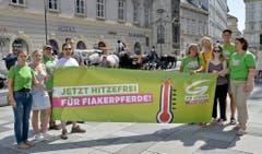 «30 Grad sind heiss genug - jetzt hitzefrei für Wiener Fiakerpferde!» - das fordern Mitglieder des Grünen Klubs in Österreich. (Bild: Keystone)