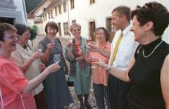 Konrad Graber besucht das CVP-Frauenfest in Altishofen im Mai 1999 und stösst mit Marianne Moser (v.l.) , Rösy Blöchliger, Brigitte Mürner, Rosmarie Dormann, Klara Röösli und Ida Glanzmann beim Schloss Altishofen an. (Bild: Archiv LZ)