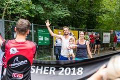 Richard Jung und seine Familie feiern den Weltrekord im Zieleinlauf.