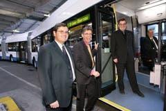 Die VBL stellt im November 2006 ihren ersten Doppelgelenktrolleybus im Fahrzeugdepot in Luzern der Öffentlichkeit vor. Mit dabei sind der damalige VBL-Verwaltungsratspräsident Konrad Graber (v.r.), Paul Wirth von der Hess AG, VBL-Direktor Norbert Schmassmann und VBL-Chef Technik Walter Sennrich.(Archiv LZ)
