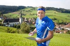 Konrad Graber ist ein passionierter Orientierungsläufer und posiert daher im entsprechenden Tenue vor seinem Heimatort Grossdietwil im September 2007.(Bild: Archiv LZ)