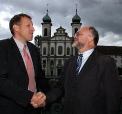 Konrad Graber übergibt 2001 das Präsidentenamt der CVP Luzern an Ruedi Lustenberger. (Bild: Archiv LZ)