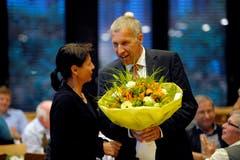 Im Mai 2011 nominiert die CVP Konrad Graber erneut als Kandidat für die Wahl in den Ständerat. Patricia Schaller gratuliert ihm dazu und überreicht ihm einen Blumenstrauss während der Versammlung im Zentrum Gersag in Emmenbrücke. (Bild: Pius Amrein)