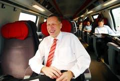 Konrad Graber fährt im Dezember 2007 im Zug zu seiner ersten Session in Bern als Ständerat. (Bild: Corinne Glanzmann)