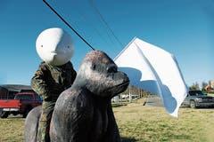 Nina Stähli mit dem «Tearhead», dem Tränenkopf. Die Künstlerin hat eine Publikation herausgegeben. (Bild: Walter Willimann)