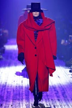 Rot eingehüllt bei Marc Jacobs.