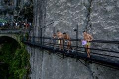 Athleten verfolgen die Springer. (Bild: Romina Amato / Red Bull)
