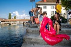Ken Sody und Donia Van den Bossche blasen eine Luftmatratze auf. (Bild: Philipp Schmidli (Luzern, 2. August 2018))