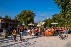 Die Sommerbar beim Nordpol ist für die Reussschwimmer Endstation. (Bild: Philipp Schmidli (Luzern, 2. August 2018))