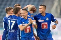 Blessing Eleke jubelt mit seinen Teamkollegen. (Bild: Pius Amrein (Luzern, 4. August 2018))