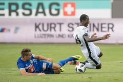 Luzerns Yannick Schmid kommt gegen Luganos Assan Ceesay zu spät.