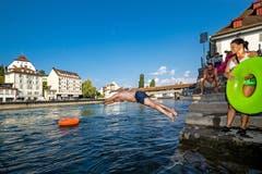 Raphael Schwegler springt in die Reuss (Bild: Philipp Schmidli (Luzern, 2. August 2018))
