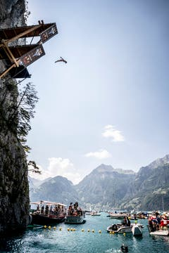 Der Weissrusse Viktar Maslouski aus Weissrussland stürzt sich in die Tiefe. (Bild: Romina Amato / Red Bull)