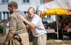 Der Sieger klopft das Sägmehl vom Rücken seines Gegners. (Bild: Reto Martin)
