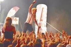 Kraftklub-Sänger Felix Brummer geniesst das Bad in der Menge. (Bild: Bilder: Remo Zollinger)