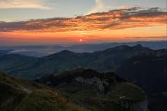 Ein wunderbarer Sonnenaufgang folgte auf den Wolkenbruch vom Abend des 1.August. Fotografiert vom Schäfler aus. (Bild: Roland Hof)