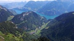 Von der Chulm auf 1970 Meter über Meer bietet sich ein imposanter Tiefblick auf das Dorf Isenthal und auf den links davon gelegenen Hausberg Scheidegg mit dem Mundartweg. Im Hintergrund sind Schwyz mit den beiden Mythen, Morschach/Fronalpstock und Axen/Rophaien zu erkennen. (Bild: Josef Gasser, 28. Juni 2018)
