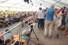 Weit über 2000 Personen sind zum Älplerwunschkonzert auf den Urnerboden gereist, um dort zu tanzen und zu feiern. (Foto: Paul Gwerder, 6. August 2018)
