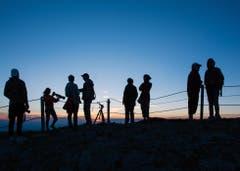 Eine Gruppe von Sonnenuntergangs-Bewunderern auf dem Säntisgipfel. (Bild: Wolfgang Reisser)
