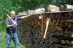 Sterweise Fitness im Wald nicht weit unter dem St.Anton: Gust Segmüller vor einer Beige Brennholz, das er aufgerüstet hat. (Bild: Bilder: Max Tinner)