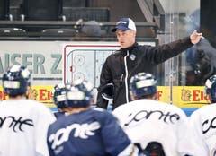 Das erste offizielle Team-Eistraining in der Bossard-Arena wird vom neuen Cheftrainer Dan Tangnes geleitet. (Bild: Stefan Kaiser (Zug, 7. August 2018))