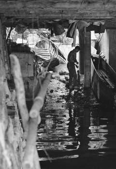 So sah's im Bootshaus eines Weggiser Fischers nach der Flutwelle aus. Bild: Verein historisches Archiv Weggis
