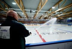 Während die erste Mannschaft in der Bossard-Arena trainiert, präpariert Eismeister Erwin Fassbind das Eis in der Trainingshalle. (Bild: Stefan Kaiser (Zug, 07. August 2018))