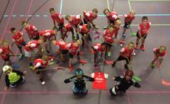 Gruppenfoto des Unihockey-Clubs Sursee mit dem Lager-T-Shirt in Schüpfheim. (Bild: Chantal Merki)