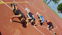 Im Basketballcamp Tenero wird fleissig trainiert: Rumpfübungen zum Aufwärmen. (Bild: Patrizia)