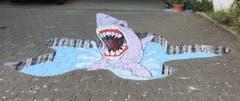 3D Streetart - Hai-Sprung aus dem kühlen Nass. Kreidemalerei mit 3D Effekt in Weinfelden. (Bild: Hansruedi Wartmann)