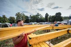 """Winu von den """"Höusechlöpfer"""" beim Aufbau des grossen Zeltes."""