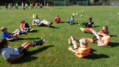 Bauchmuskeltraining beim FC Rothenburg in Randa. (Bild: Schneider)