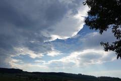 Schönwetter- oder Regenwolke? Am Abend über Rickenbach. (Bild: Josef Habermacher, 7. August 2018)