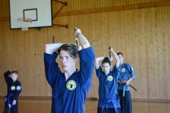 Im Lager der Global Korean Martial Arts Federation in Giswil wird mit Samuraischwertern hantiert. (Bild: Stephan Krellmann)