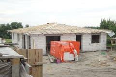 Als der Rohbau stand, begann Odermatt mit dem Bau des Daches.