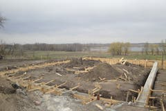 Auf dieses Fundament baute Ernst Odermatt sein Haus in der Ukraine. Es befindet sich in der Nähe der Stadt Bila Zerkwa. (Bilder: PD)